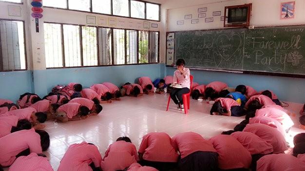 """Học sinh quỳ xuống cúi lạy chị. Rồi các em đồng thanh nói: """"Teacher, don't go Vietnam!"""" - Ảnh nhân vật cung cấp"""